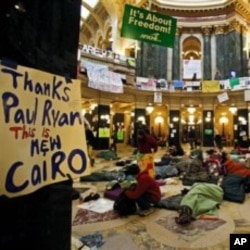 威斯康辛州公務員二月中於威斯康辛州議會大廈內抗議