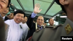 Burma's President Thein Sein (C) waves to supporters as he arrives at Rangoon International Airport from a trip to the U.S., in Rangoon, Burma, October 1, 2012.