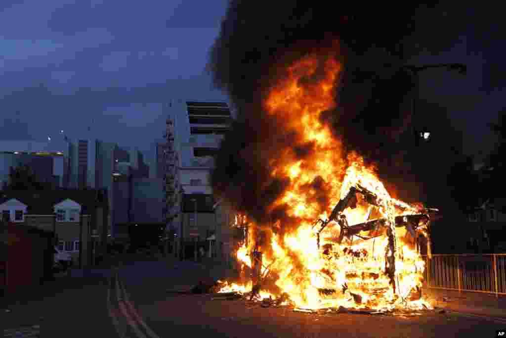 لندن در شعله آتش آشوب ها می سوزد