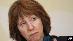 欧盟外交与安全政策高级代表兼欧洲委员会副主席凯瑟琳.阿什顿2013年4月6日在世界大国和伊朗官员之间举行的高层会谈之后,所举行的她的新闻记者会上听取一个问题
