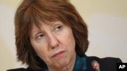 유럽연합의 캐서린 애슈턴 외교안보고위대표가 6일 카자흐스탄 알마티에서 기자들의 질문에 답하고 있다.