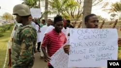 Warga Abuja, Ibukota Nigeria, berunjuk rasa menolak pencabutan subsidi BBM (6/1).