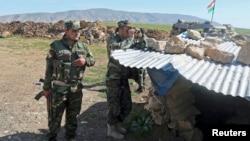 Pasukan Kurdi-Irak atau Peshmerga siaga di pegunungan Bashiqa yang menghadap ke kota Mosul yang dikuasi ISIS (foto: dok). Para pejabat Turki mengatakan pasukannya berada di daerah Mosul Bashiqa untuk latihan rutin.