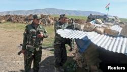 库尔德武装人员在摩苏尔附近的巴士拉站岗