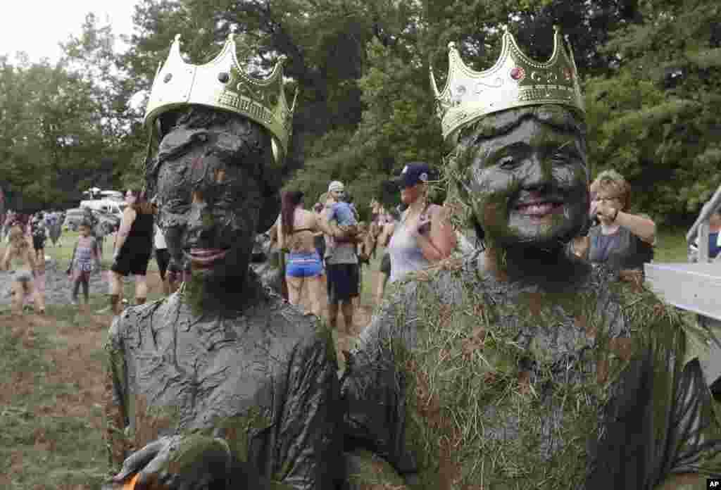 روز گلِ بازی در میشیگان. این دو با پیروزی در این رقابت عنوان «شاه» و «ملکه» را کسب کردند.