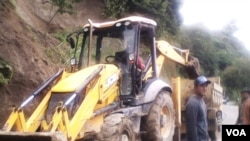 Pihak berwenang mempersiapkan alat berat dalam mengantisipasi bencana longsor yang diakibatkan hujan berkepanjangan di Aceh (23/12/2014).
