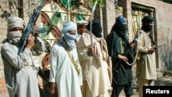 Para anggota militan pro-Taliban pendukung ulama garis keras, Maulana Fazlullah siaga di kota Charbagh, markas Taliban di Lembah Swat, Pakistan (foto: dok).