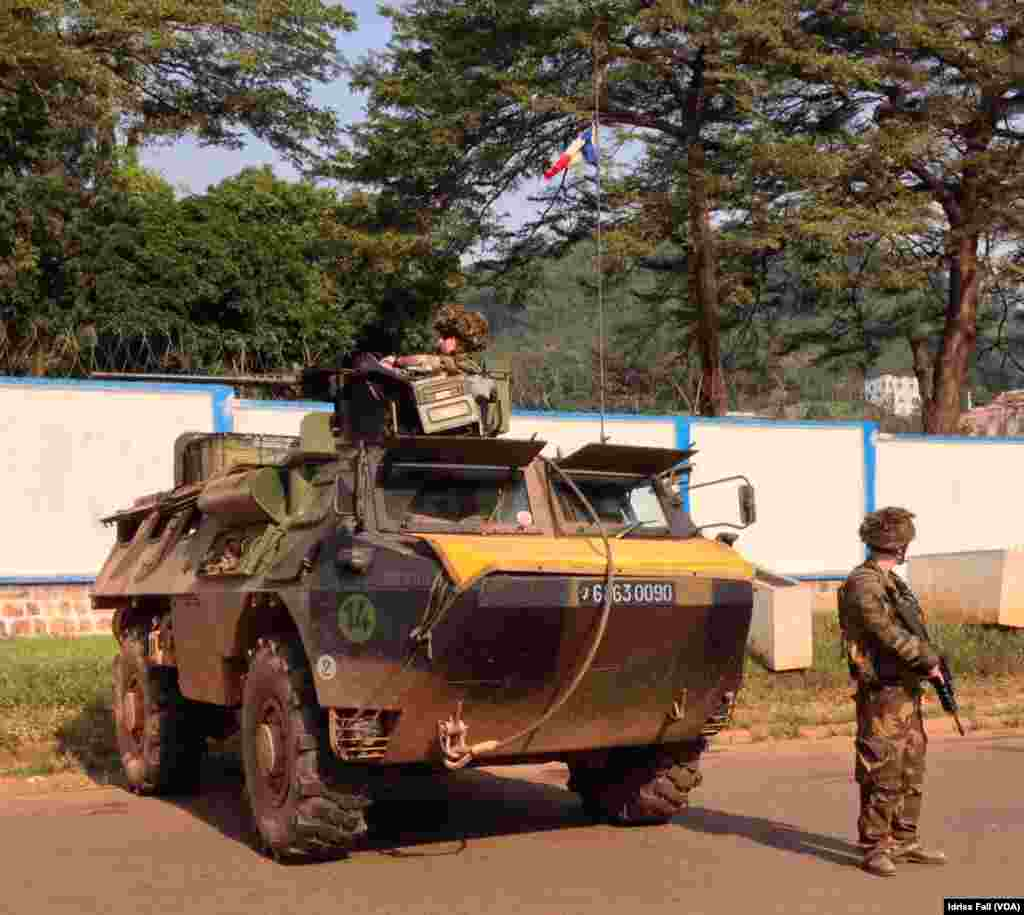 French soldiers stand guard at a checkpoint in Bangui, Central African Republic, Dec. 22, 2013. Idriss Fall/VOA