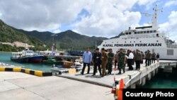 Presiden Joko Widodo bersama Panglima TNI Rabu (8/1) mengunjungi perairan Natuna, yang sempat memanas karena masuknya kapal-kapal nelayan dan penjaga pantai China. (Courtesy: Setpres RI).