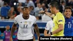 Jérôme Boateng contestant un penalty sifflé par l'arbitre lors du match Allemagne - Italie au stade de Bordeaux pendant l'Euro 2016. REUTERS/Darren Staples Livepic -...
