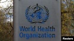 Le logo de l'Organisation mondiale de la santé (OMS) à l'extérieur du siège de l'OMS à Genève, Suisse, le 6 avril 2021.
