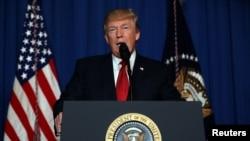 Presiden AS Donald Trump saat menyampaikan pernyataan terkait serangan misil ke pangkalan udara Suriah, dari kediamannya di Mar-a-Lago estate, West Palm Beach, Florida, 6 April 2017 (Foto: dok).