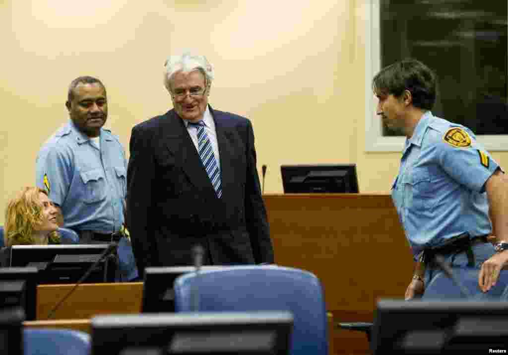 Radovan Karadzic bước vào phòng xử trong ngày đầu tiên tự bào chữa trước những cáo buộc phạm tội ác chiến tranh tại Tòa Hình sự Quốc tế về Nam Tư cũ tại thành phố La Hague, ngày 16 tháng 10, 2012.