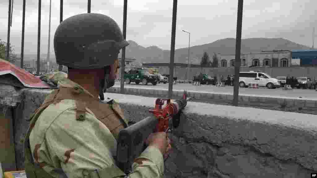 Un militaire afghan sécurise le périmètre de l'attentat, Kaboul, 19 avril 2016.