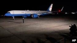 Air Force One arrives at Baton Rouge Metropolitan Airport in Baton Rouge, Louisiana, Jan. 13, 2016.