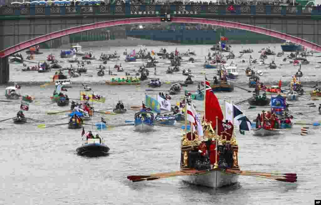 Kapal bernama 'The Gloriana' memimpin iring-iringan di sungai Thames.
