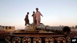 Afg'on bolalari eski sovet tanki ustida o'ynamoqda. Qandahor. 1-oktabr 2013-yil