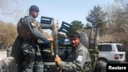 阿富汗警察抵达喀布尔爆炸现场。(2018年3月21日)