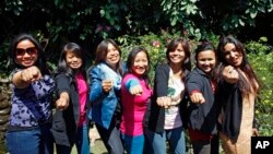 Para pendaki dari Nepal (kiri ke kanan) -- Maya Gurung, Nimdoma Sherpa, Chunu Shrestha, Pema Dikki, Asha Singh, Shailee Basnet dan Pujan Acharya, di Katmandu. (AP/Niranjan Shrestha)