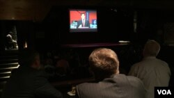 Warga menyaksikan debat dengan Serikat Konservatif Amerika di House of Blues di Cleveland. (Kane Farabaugh/VOA News)