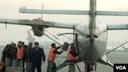 Pesawat angkatan udara Chili jenis CASA 212 sebelum berangkat ke pulau Juan Fernandez dari Santiago (3/9).