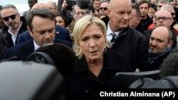 Marine Le Pen, eurodiputada desde 2004 y una de las favoritas en las elecciones presidenciales de esta primavera en Francia, podrá ser procesada por fomentar la propaganda del grupo ISIS.