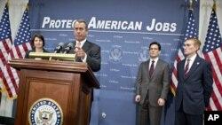 AQSh Kongressining Vakillar Palatasi spikeri Jon Beyner (markazda) hamkasblari bilan matbuot anjumanida Obama bilan byudjet yuzasidan o'tgan telefon suhbati haqida so'zlab bermoqda.