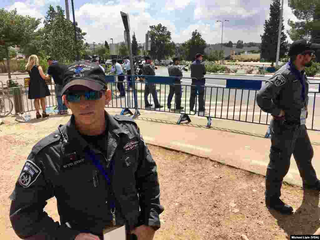 سربازان و ماموران امنیتی در حاشیه محل موزه اسرائیل