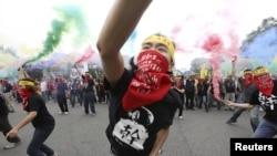 台湾人在五一劳动节在总统府前示威,扔烟雾手榴弹,要求增加工资和劳工权利(2015年5月1日)