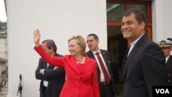 La secretaria de Estado, Hillary Clinton fue recibida por el presidente Rafael Correa en el Palacio Carondelet, sede de la presidencia ecuatoriana.
