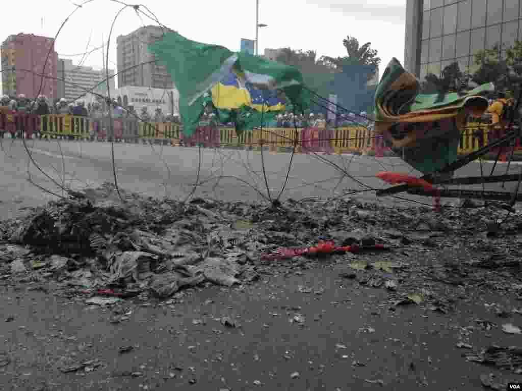 Vestígios de um pequeno incêndio nas ruas de Brasília, depois do protesto. Brasil, Junho 23, 2014. (Nicolas Pinault/VOA)