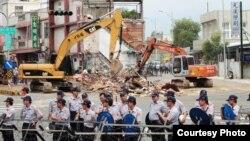 2013年7月18日苗栗县县长刘政鸿下令提前强制拆屋,出动大批警力,把抗争中的大 埔四户民宅邻近范围全被以「安全」为由封锁。(照片来源: 公视PNN 钟圣雄拍摄)