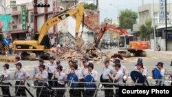 2013年8月18日苗栗縣縣長劉政鴻下令提前強制拆屋,出動大批警力,把抗爭中的大 埔四戶民宅鄰近範圍全被以「安全」為由封鎖。(照片來源: 公視PNN 鍾聖雄拍攝)