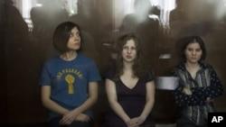 Anggota kelompok band Pussy Riot, dari kiri, Nadezhda Tolokonnikova, Maria Alekhina and Yekaterina Samutsevich (foto: dok).