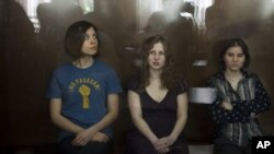 Tiga anggota kelompok band Rusia 'Pussy Riot' dari kiri, Nadezhda Tolokonnikova, Maria Alekhina and Yekaterina Samutsevich hadir di pengadilan Moskow, Rabu (8/8).