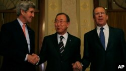 Menlu AS John Kerry, Sekjen PBB Ban Ki-moon dan Menlu Rusia Sergey Lavrov saling berpegangan tangan dalam pertemuan membahas krisis Suriah di Montreux, Swiss, 21/1/2014.