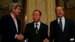 在瑞士蒙特勒参加叙利亚和平会议的联合国秘书长潘基文(中)与美国国务卿克里(左)和俄罗斯外长拉夫罗夫握手。(2014年1月21日)