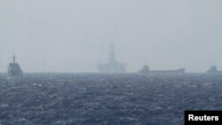 중국이 남중국해에 설치한 석유 시추 시설(가운데). 지난 2014년 5월 베트남 해안가에서 바라본 모습. (자료사진)