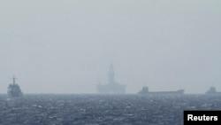 南中国海海域可见的中国海洋石油钻井平台
