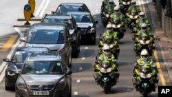 Policía de tránsito en motocicletas se desplazan en formación durante la vista del presidente chino, Xi Jinping, el jueves, 29 de junio de 2017.