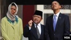 Presiden AS Barack Obama (kanan) dan ibu negara Michelle Obama bersama Imam Masjid Istiqlal, di Masjid Istiqlal, Jakarta, 28 Maret 2012 (foto: dok).