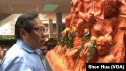 香港支聯會主席何俊仁凝視國殤之柱 (美國之音記者申華 拍攝)
