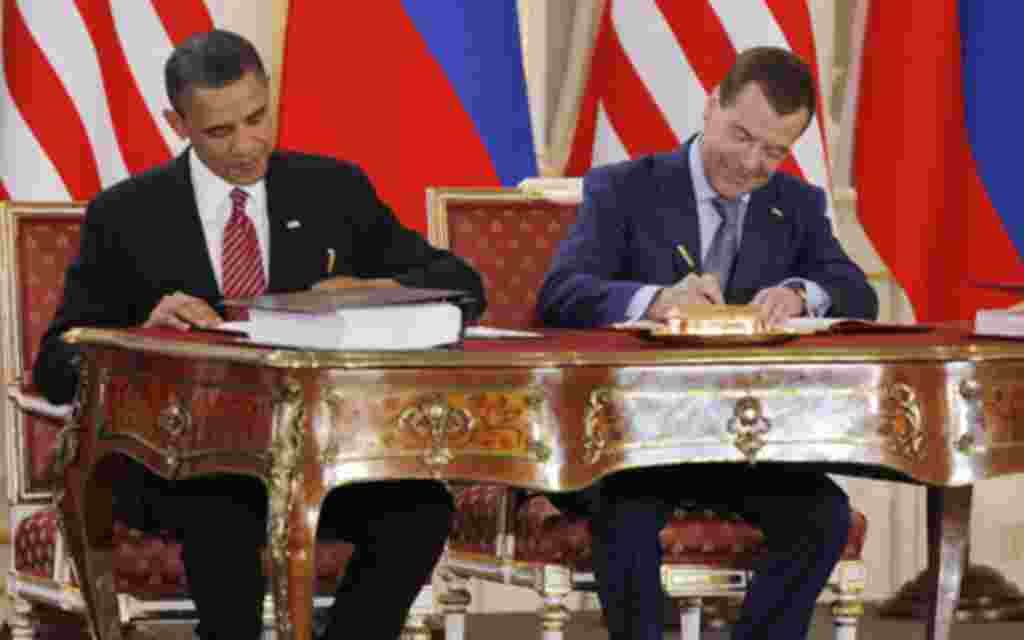 U.S. President Barack Obama (L) and Russian President Dmitry Medvedev sign the new Strategic Arms Reduction Treaty (START II) at Prague Castle in Prague April 8, 2010. REUTERS/Jason Reed (CZECH REPUBLIC - Tags: POLITICS MILITARY IMAGES OF THE DAY)