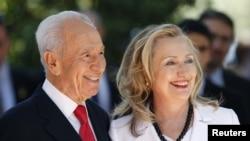 以色列总统西蒙·佩雷斯和美国国务卿希拉里·克林顿在耶路撒冷会晤前合影(7月16日)。