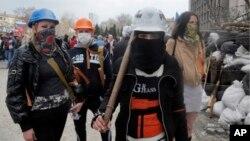 지난 9일 우크라이나 도네츠크에서 친러시아 시위대가 지방정부 청사 앞에서 바리게이트를 치고 항의하고 있다.