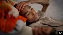 ທ້າວ Pham Huu Khoi ຄົນເຈັບ ເປັນໂຣກເອດສ໌ ນອນປົວຢູ່ສູນກາງປິ່ນປົວ ເຊື້ອ HIV ແລະໂຣກເອດສ໌ ຢູ່ບ້ານ An Nhon ພາກຕາເວັນອອກສຽງເໜືອ ຂອງນະຄອນ ໂຮຈີມິນ ຂອງຫວຽດນາມ ໃນເດືອນ ຕຸລາ 2009.