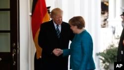 Дональд Трамп вітає з прибуттям до Білого дому Анґелу Меркель