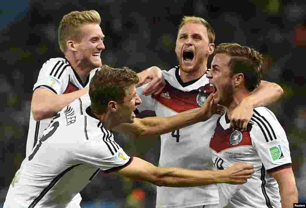 Cầu thủ Mario Goetze của Đức (ngoài cùng, phải) phấn khích với bàn thắng vào lưới Argentina trong hiệp phụ trận chung kết World Cup 2014 tại sân vận động Maracana ở Rio de Janeiro, Brazil, ngày 13 tháng 7, 2014.