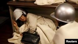 일본 도쿄 남부 구마모토 현에서 16일 또 지진이 발생한 가운데 호텔 투숙객들이 지진을 피해 탁자 아래로 피신했다.