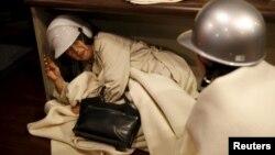 Một cụ bà tìm nơi ẩn nấp an toàn trong một khách sạn sau khi một trận động đất khác làm rung chuyển Kumamoto, miền nam Nhật Bản hôm 16/4.